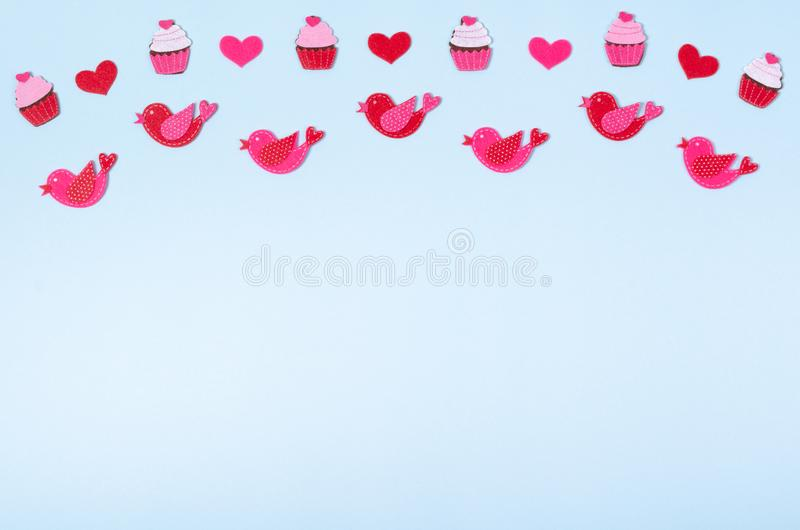 鸟和心脏的平的被放置的安排嘲笑的设计,台式装饰valentine'视图图象;s天背景 库存照片