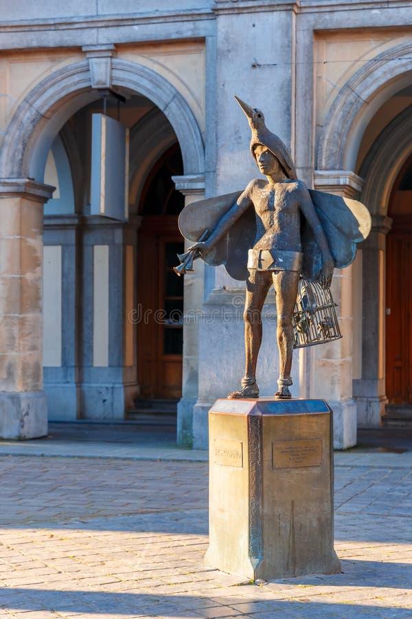 鸟捕手Papageno雕象在布鲁日,比利时 免版税图库摄影