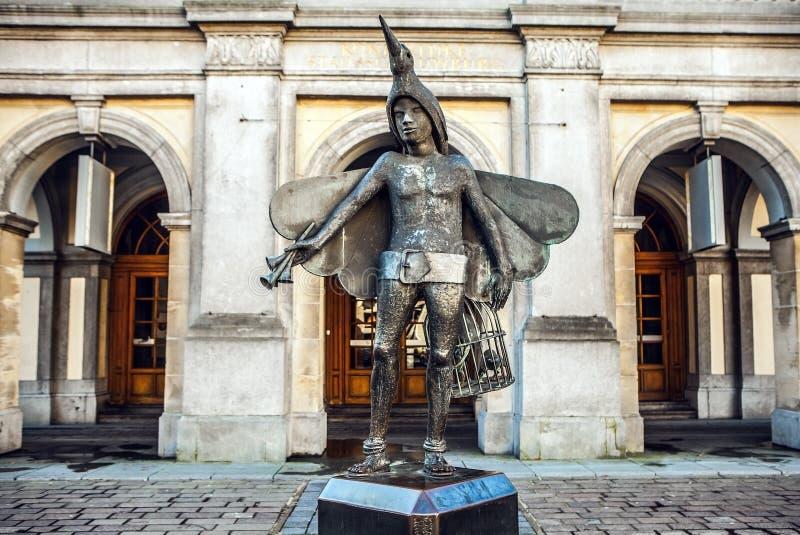 鸟捕手Papageno (Mozarts歌剧字符雕象在Stadsschouwburg剧院前面的) 免版税图库摄影