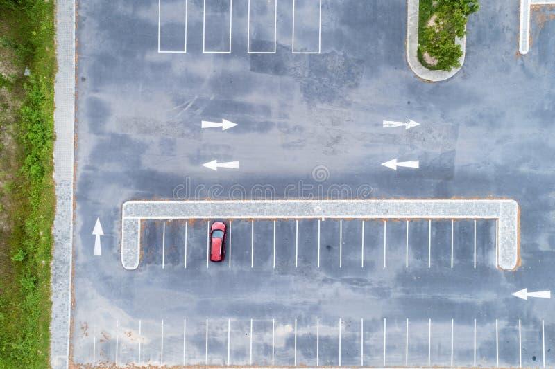 鸟瞰图下来寄生虫上面与汽车的停车场和在路的箭头标志 库存图片