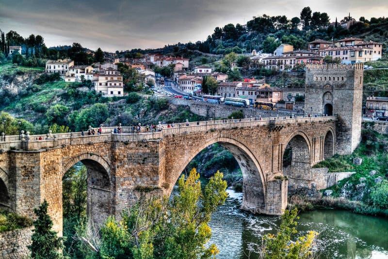鸟瞰图向圣马丁斯桥梁和塔霍河,托莱多,西班牙 免版税库存照片