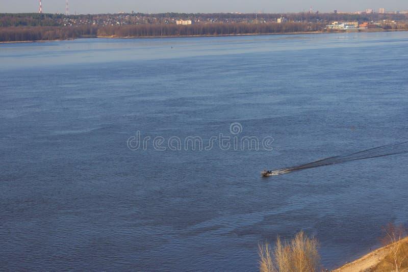 鸟瞰图向有汽艇的河 免版税库存图片