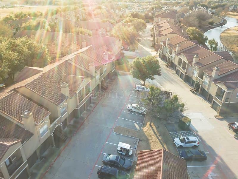 鸟瞰图在运河附近的公寓住宅区在欧文,得克萨斯,美国 库存图片