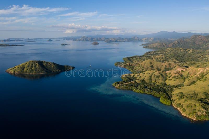 鸟瞰图坚固性海岛在科莫多国家公园 库存照片