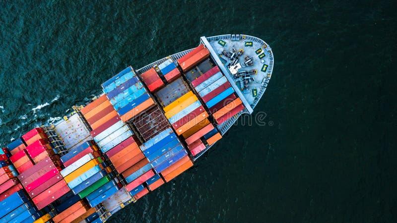 鸟瞰图容器货船进口和出口业务,上面 免版税库存照片