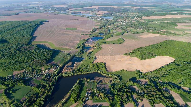 鸟瞰图寄生虫使自然Greenery蓝色湖惊奇的乡下风景 库存照片
