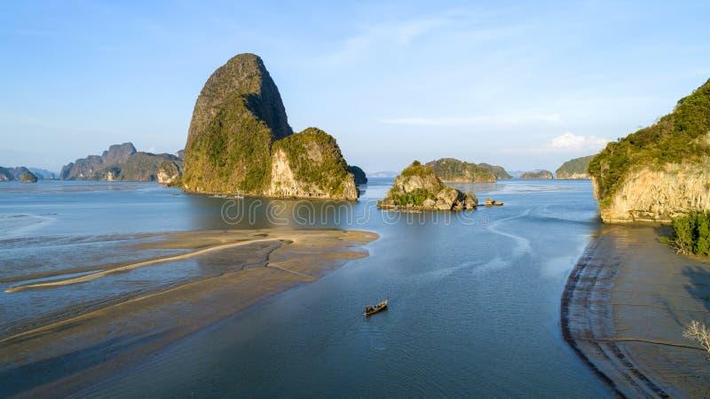 鸟瞰图寄生虫在泰国射击了,小群岛美好的自然风景视图有美洲红树森林的和热带海,高 免版税库存图片
