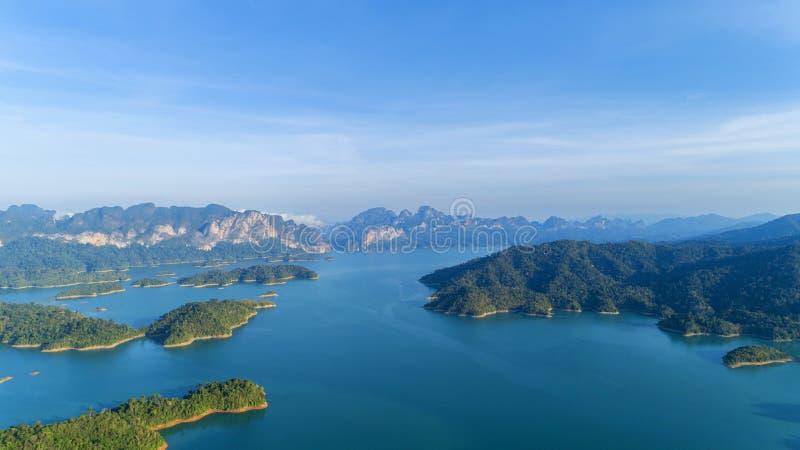 鸟瞰图寄生虫被射击风景山热带雨林在泰国 免版税库存照片