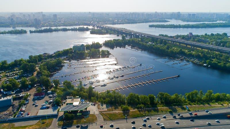 鸟瞰图寄生虫都市风景 在河的小船的桥梁和码头 免版税库存图片