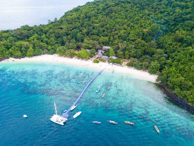 鸟瞰图或热带海岛海滩顶视图与清楚的wate的 库存照片