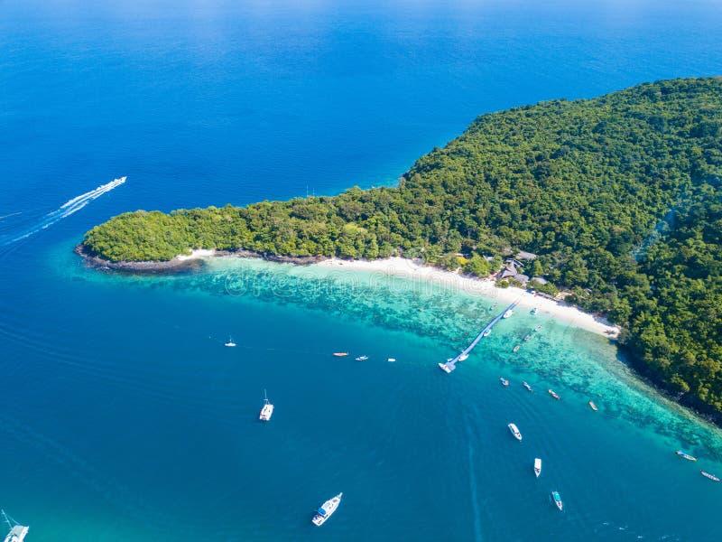 鸟瞰图或热带海岛海滩顶视图与清楚的wate的 图库摄影