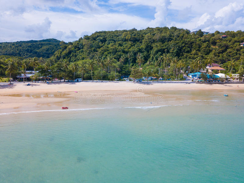 鸟瞰图或热带海岛海滩顶视图与清楚的wate的 免版税库存照片