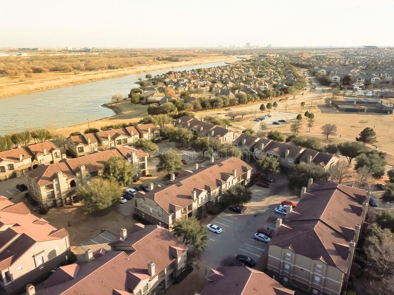 鸟瞰图河沿公寓复杂在欧文, Tex 免版税库存照片