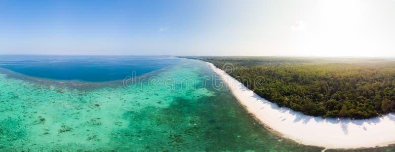 鸟瞰图热带海滩海岛礁石加勒比海 印度尼西亚摩鹿加群岛群岛,Kei海岛,班达海 顶面旅行 库存图片
