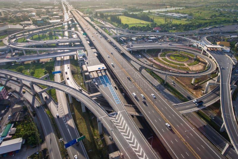 从鸟瞰图的繁忙的高速公路连接点 免版税库存照片