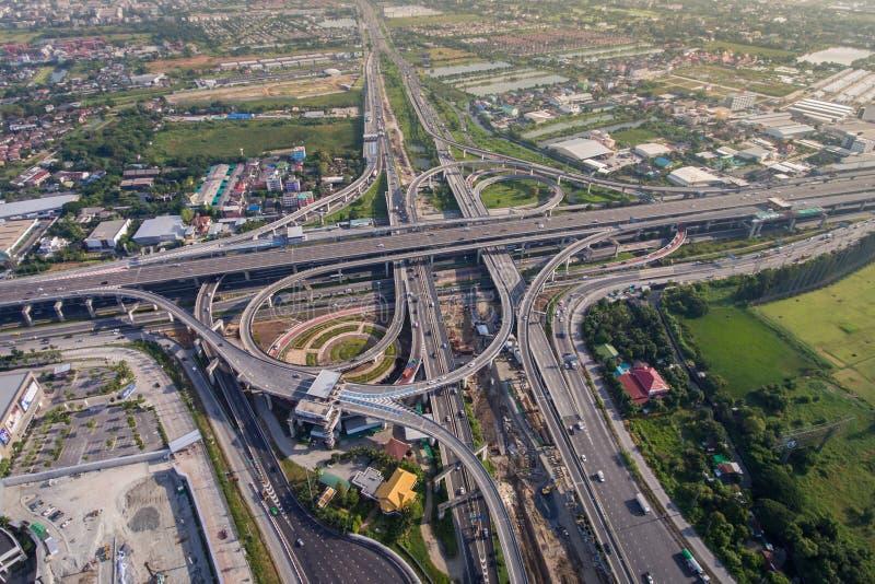 从鸟瞰图的繁忙的高速公路连接点 库存照片
