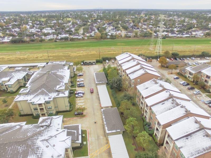 鸟瞰图积雪的公寓住宅区大厦在得克萨斯,上午 免版税库存照片