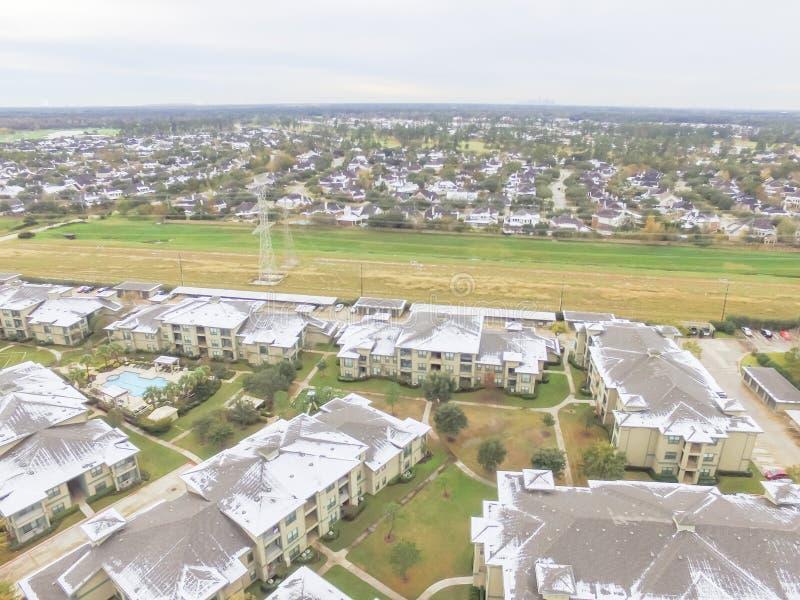 鸟瞰图积雪的公寓住宅区大厦在得克萨斯,上午 免版税库存图片