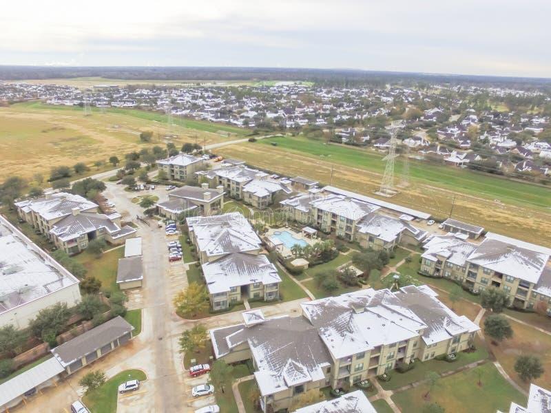 鸟瞰图积雪的公寓住宅区大厦在得克萨斯,上午 库存图片