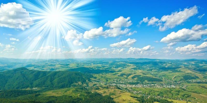 鸟瞰图美好的山风景和蓝天 免版税库存照片