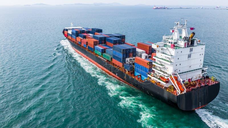 鸟瞰图货箱船航行,容器货船i 免版税库存照片