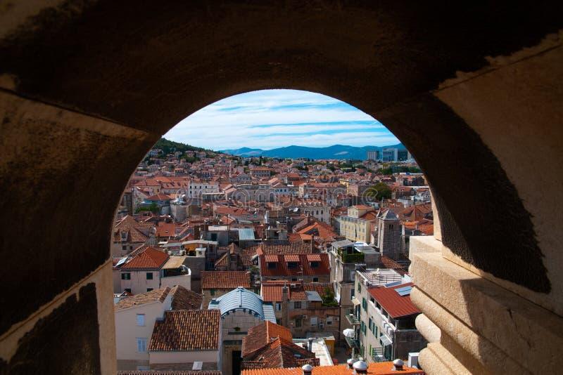 鸟瞰图通过石窗口, Diocletian宫殿 免版税图库摄影