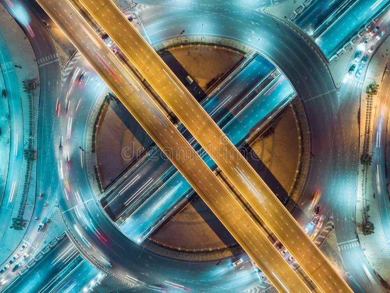 鸟瞰图高速公路路交叉点在运输、发行或者交通背景的晚上 免版税库存图片