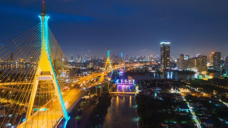 鸟瞰图高速公路路的网络或交叉点有运输或发行概念的都市风景背景 免版税库存照片