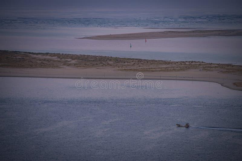 鸟瞰图,在银行Arguin阿尔雄法国附近的汽艇 库存图片