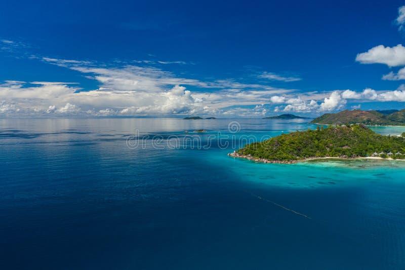 鸟瞰图:昂斯市Pasquiere,普拉兰岛 免版税图库摄影