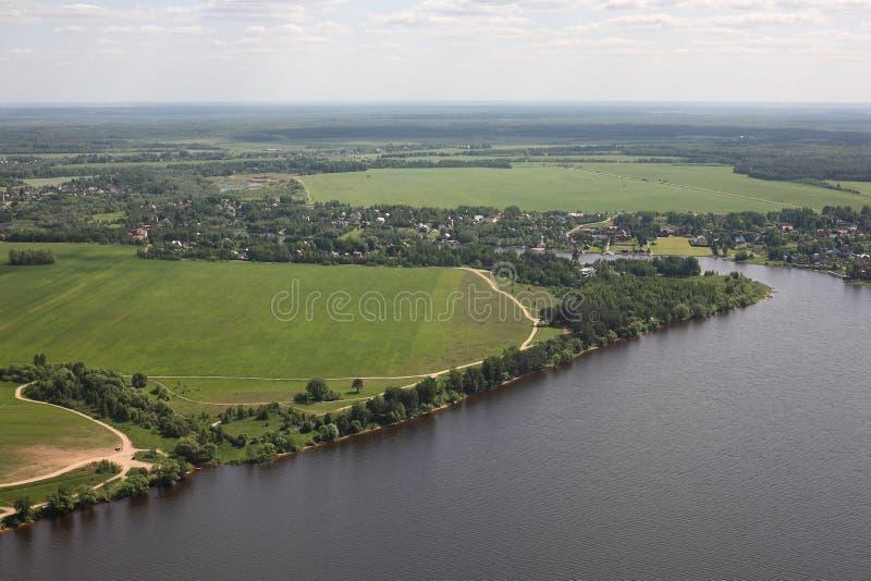 鸟瞰图-俄国草甸河伏尔加河和领域 免版税图库摄影