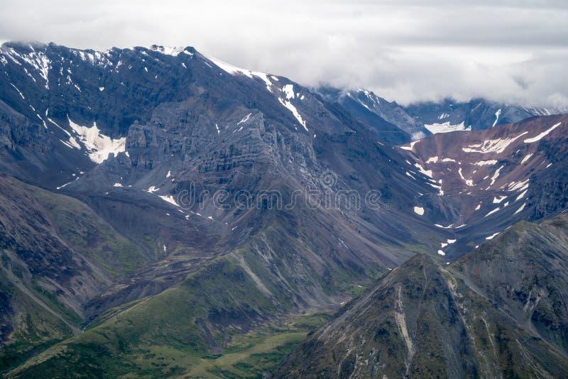 鸟瞰图-兰格尔山脉坚固性遥远的原野和山  免版税库存图片