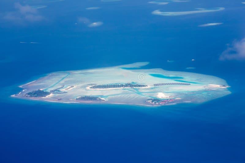 鸟瞰图-珊瑚环礁,马尔代夫 免版税库存照片