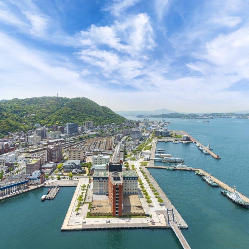 鸟瞰图Mojiko减速火箭的镇,北九州都市风景和天空蔚蓝和云彩,九州,日本 免版税库存图片