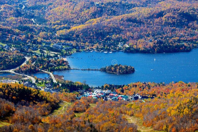 鸟瞰图Mont Tremblant湖和村庄 库存照片