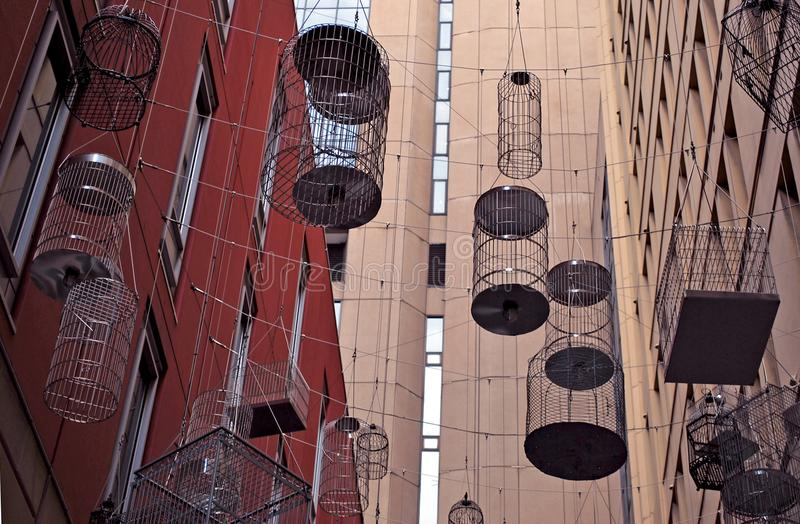 鸟笼机盖在天使地方上暂停了 免版税库存照片