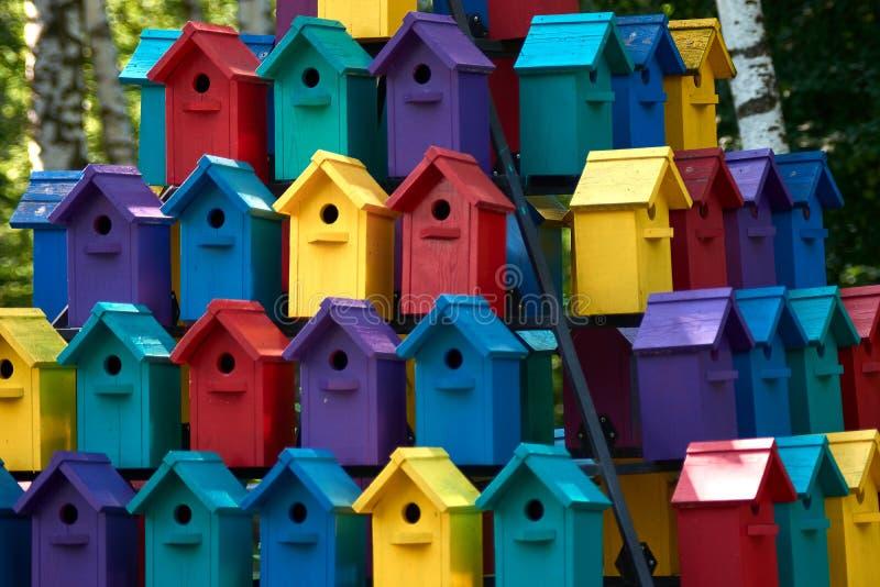 鸟舍在夏天 付得起的住房 免版税库存照片