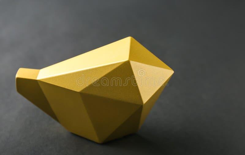鸟金黄小雕象在黑背景的 免版税库存照片