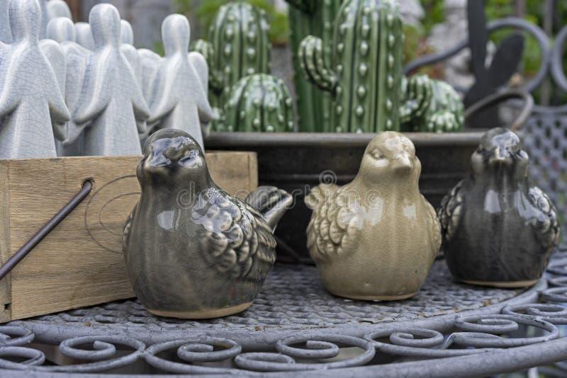 鸟陶瓷小雕象在礼品店的 一只麻雀的小雕象内部或庭院的装饰的 免版税图库摄影