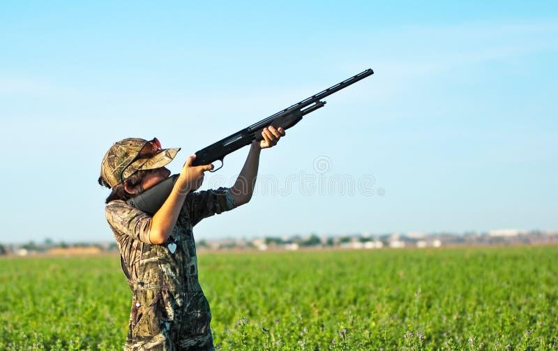 鸠狩猎男孩 库存图片