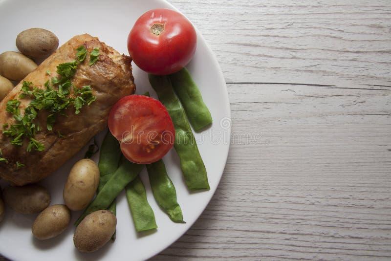 鸡、土豆和蕃茄与空的拷贝空间 免版税图库摄影