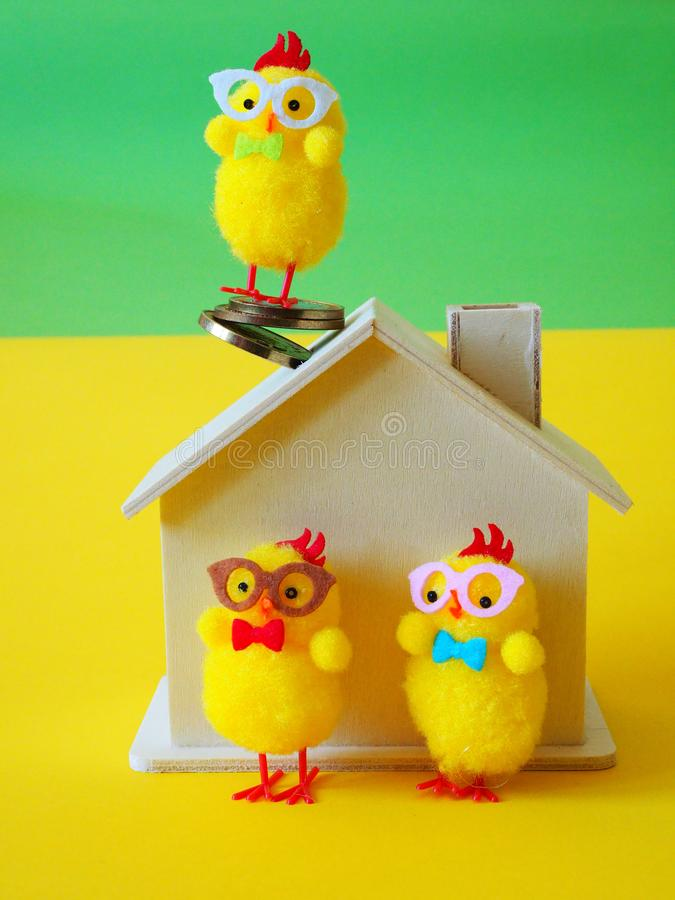 鸡、木房子和硬币 库存照片