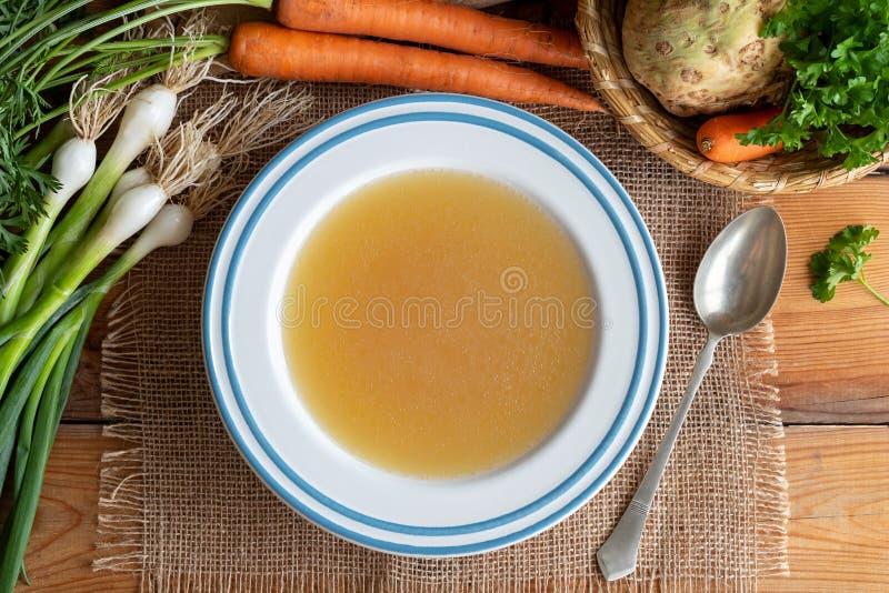 鸡与菜的骨头汤,顶视图 库存照片