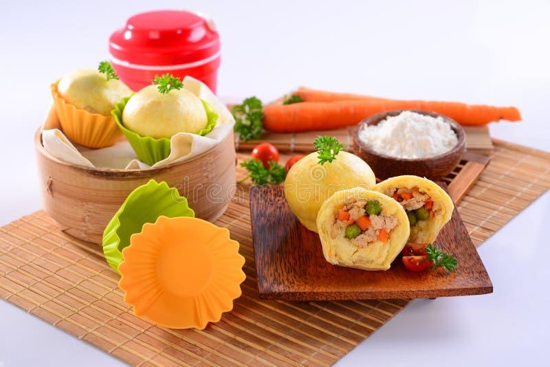 鸡中国饺子用红萝卜、切的蕃茄和草本o 库存图片