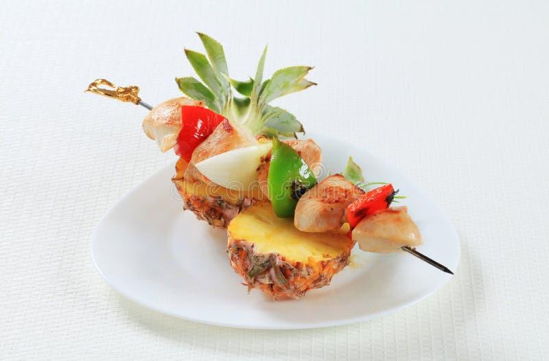 鸡串和新鲜的菠萝 免版税库存图片
