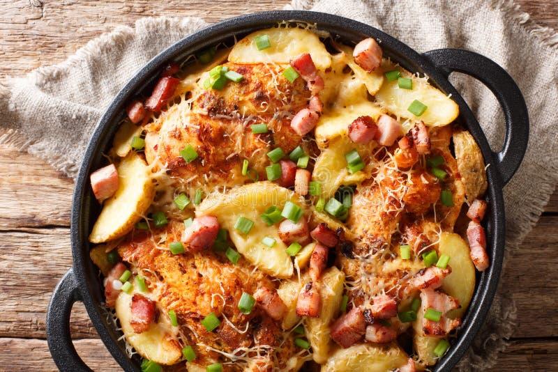鸡内圆角用土豆,烟肉可口大农场砂锅  图库摄影
