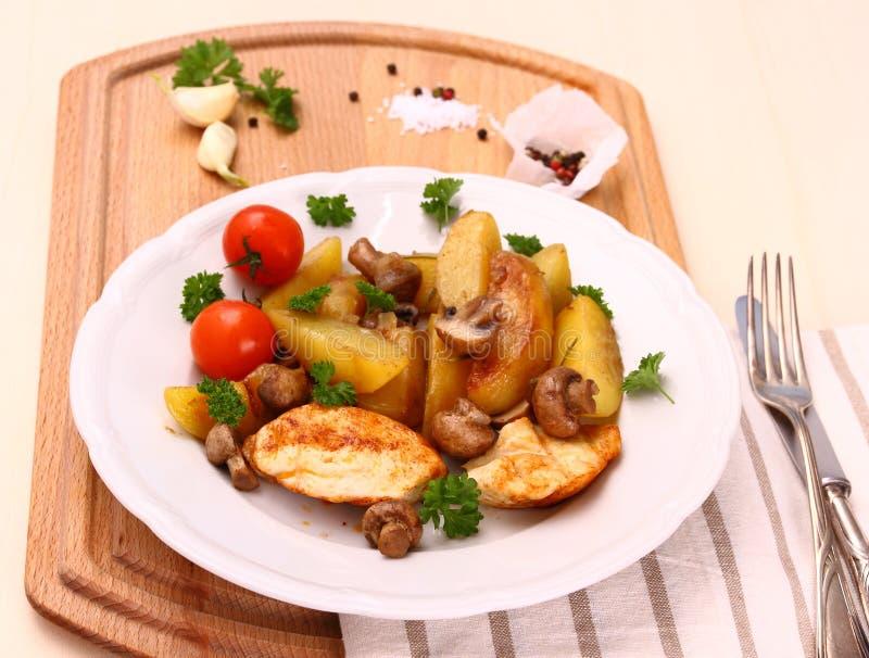 鸡内圆角用蘑菇和迷迭香土豆 免版税库存照片
