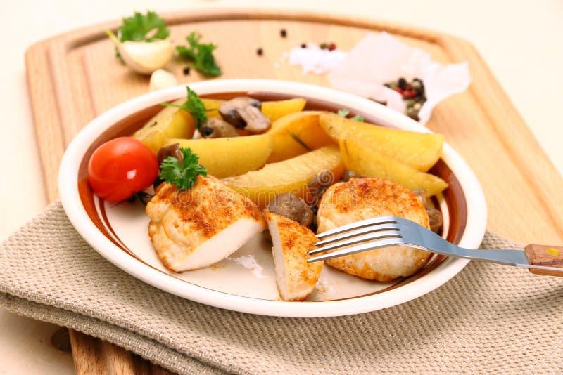 鸡内圆角用迷迭香土豆和蘑菇 库存图片