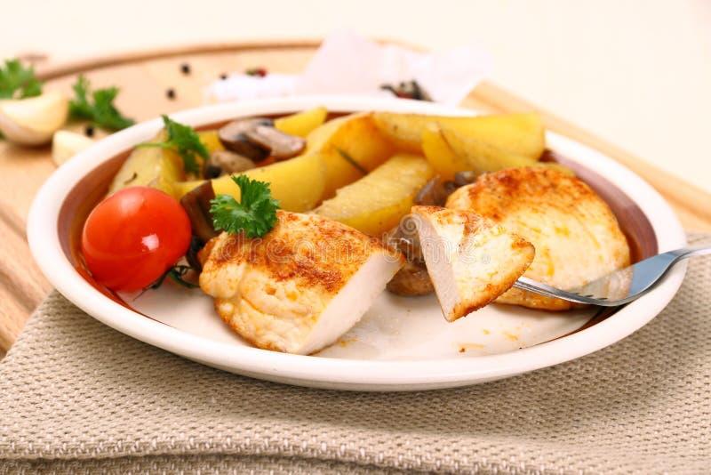 鸡内圆角,蘑菇,迷迭香土豆 库存图片