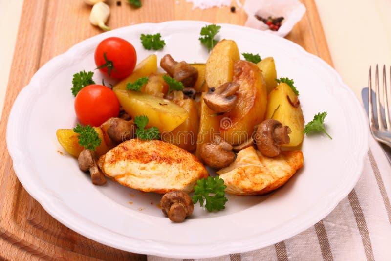鸡内圆角,蘑菇,迷迭香土豆 免版税库存图片